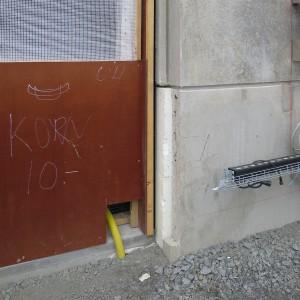Frilagd cellplast i betongelement – ytterfasad i anslutning till kommande fönsterparti med karmar i lättmetall.
